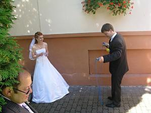 skákání manžela přes švihadlo dle pískání manželky