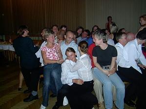 tradiční vysouvání židliček s tanečkem okolo....