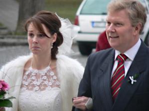 Krásná momentka nevěsty s tatínkem