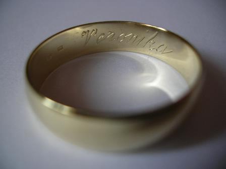 Moja svadba od A po Z - ..gravirovanie mojho mena na jeho obrucke ..