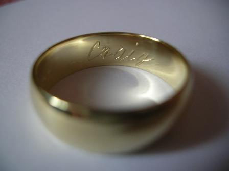 Moja svadba od A po Z - gravirovanie jeho mena na mojej obrucke