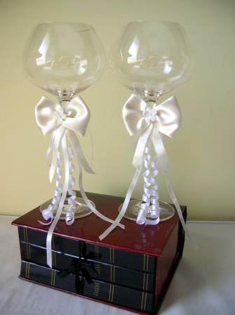 Moja svadba od A po Z - nase svadobne pohare...vyzdobene takym istym sposobom ako poduska na obrucky a kosicek pre druzicku