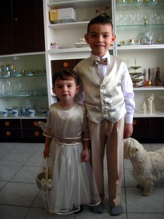 Moja svadba od A po Z - druzicka s kosikom, v ktorom budu kvietky a maly druzba s poduskou a prstienkami. Deticky mojho brata. Strasne su zlaty.