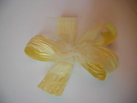 Ako si vyrobit vlastne pierko - POSTUP - Uviazeme maslu, ktora ma 3 obluciky a dve nozicky z papierovej stuhu a aj z tylu ( masle zlepime spolu v strede)