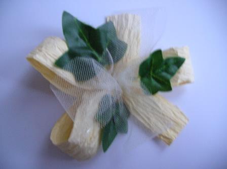 Ako si vyrobit vlastne pierko - POSTUP - prilepime listky na papierovu maslu tak, aby tyl mierne presahoval na listky ( tylova masla musi byt mensia ako papierova)