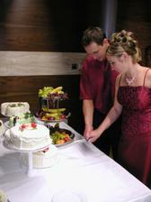 ...spoločné krájanie torty... až po prezlečení