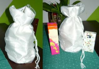 dostala jsem dárek k narozeninám..sice o měsíc a den dřív,ale mám z něho velikou radost.Pompadůrka a kopu kosmetiky,která je potřeba na svatbu(hlavně parfém)