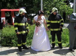 po obřadu nás čekaly kamarádi hasiči.....připoutaná a čekám na vysvobození