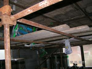 pre zvýšený strop v obývačke musí byť postavené lešenie