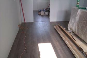 Podlaha v obývačke a v spálni