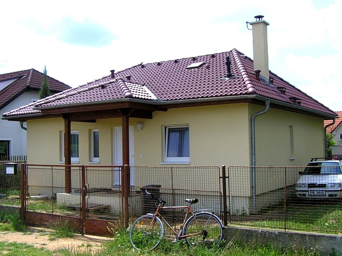 Naše bungalovy Largo - Largo 92 so strieškou pred vchodom