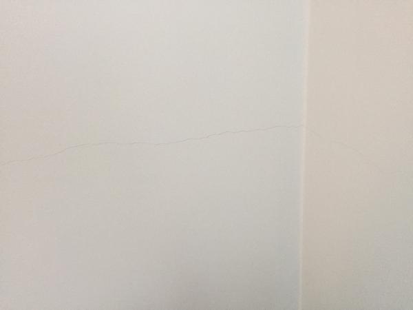 c4e7945ec Prasklina na obvodovej stene - - Obvodové a nosné...