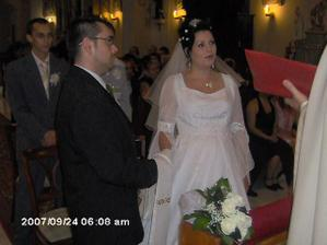 Novomanželia v kostole