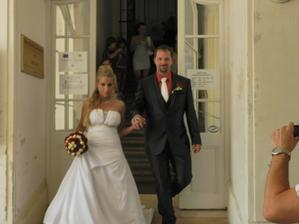Při výstupu z obřadní síně - již jako manželé :-)