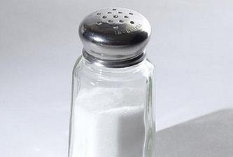 SŮL - připálené mléko (nasypat do hrnce sůl), na skvrny od tatarské omáčky (pohltí mastnotu), půl šálku vody+lžička soli+lžička jedlé sody (vykloktat-ústní voda), šneky v zahradě-posolit a uhynou