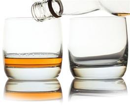 ALKOHOL - pomáhá na skvrny od trávy (potřít alkoholem nebo zředěným čpavkem, nechat působit a poté vyprat)