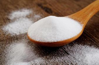 SODA - změkčuje vodu - může se přidávat do pračky s pracím prostředkem, bílé záclony (500g sody rozpustit v 10l vody - namočit záclony, nejlépe přes noc a poté opláchnout a vyprat)
