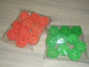 ratanové koule oranožové a zelené