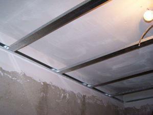Na naštukovaný strop se už připevnila konstrukce na sadrokarton..