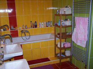 taky jsem už nainstalovala poličku...ještě zrcadlo a háčky na ručníky..ale to jsou jen detaily;-)