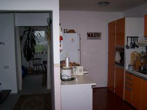 Takhle vypadala naše stará kuchyňka po rodičích..