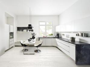 SEDILIA - v zadu pod oknom krasna moderna sedilia ku kuchyni