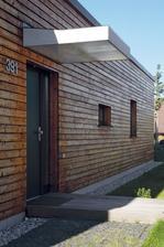 dreveny chodnik , napojeny na bočny zo žulovych kociek