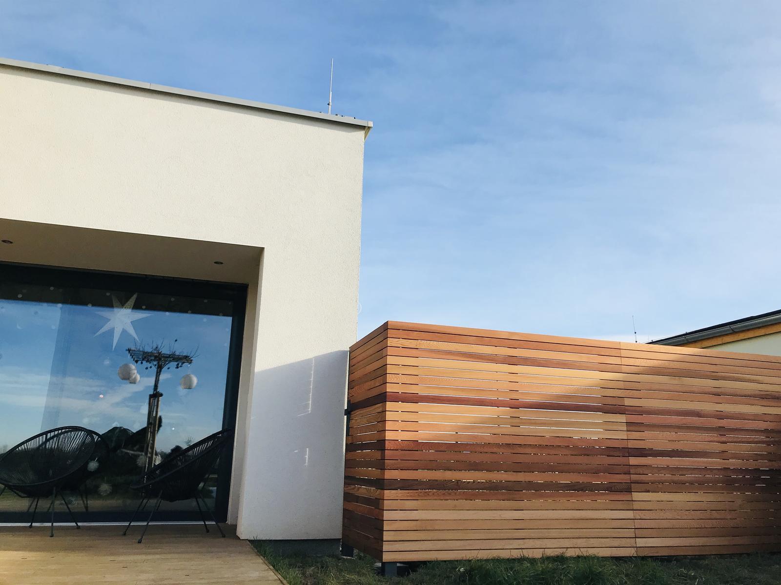 Naše L-ko - začiatok 4. roku bývania - Dokončená zástena u terasy - a skryté bočné dvere