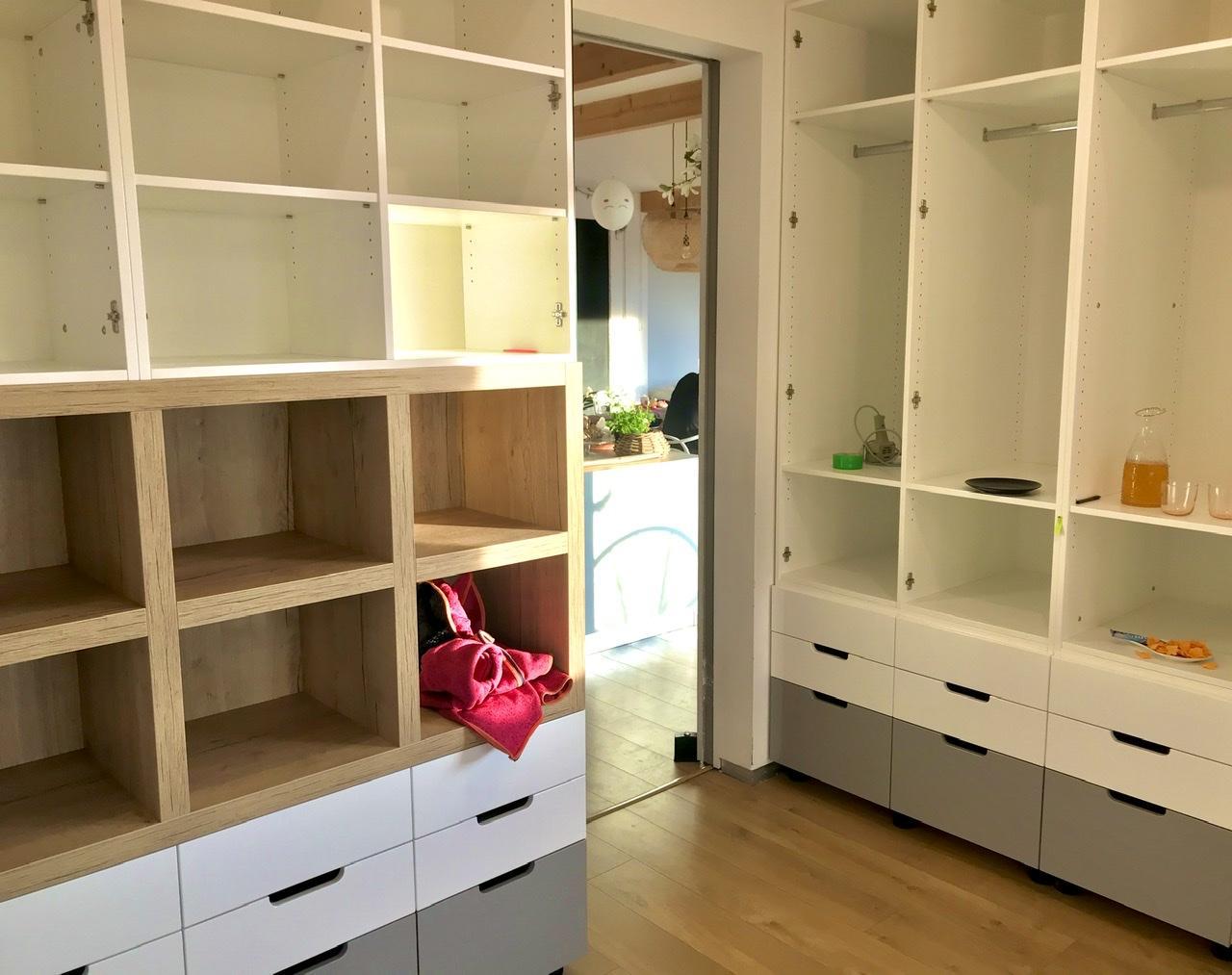 Naše L-ko - začiatok 4. roku bývania - Detská izba - moje 5 ročné skice sa konečne zhmotňujú. Lava skrina hlbka 40 viacmenej na knizky. Prava uložna hlbka 70 cm