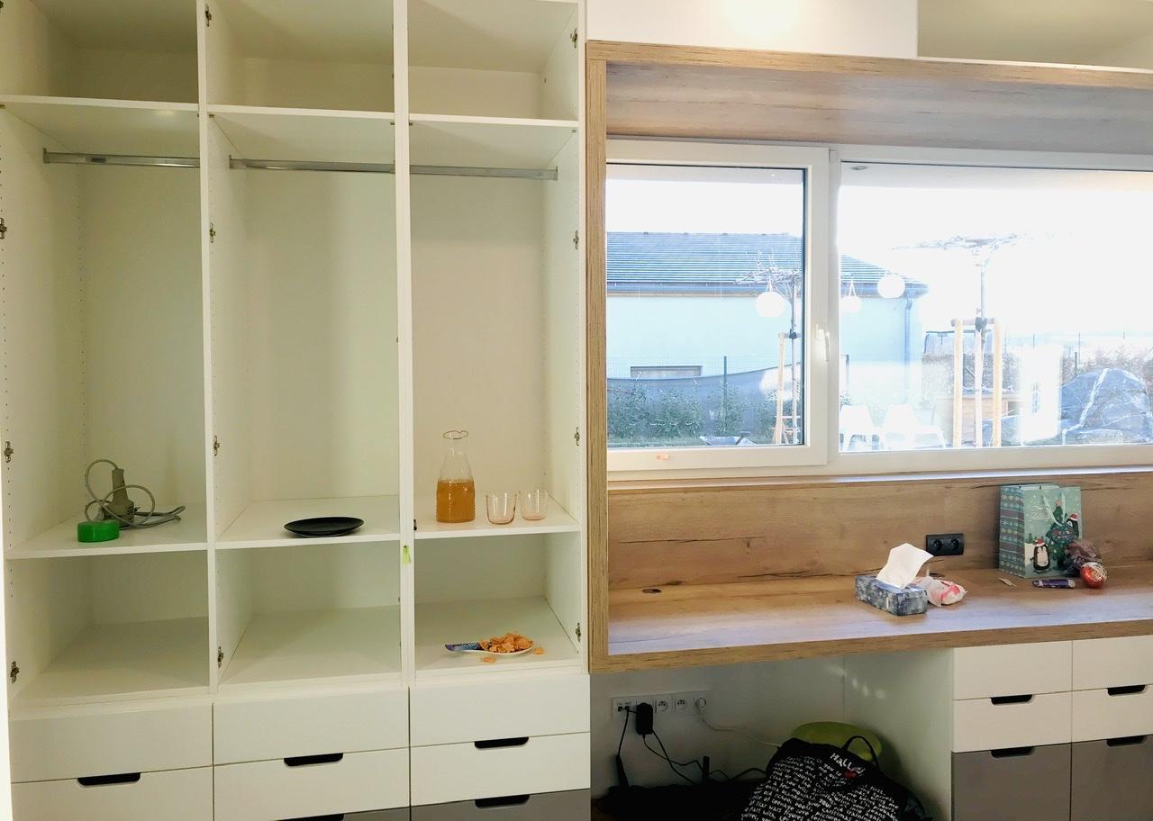 Naše L-ko - začiatok 4. roku bývania - Detská izba montáž nábytku - biela, drevodekor a šedá. Stoly su integrovane do jadra zostavy aby nevyčnievali a licovali vo vsetkych napojeniach na vonkajskove dvierka a šupliky. Parapet a zástena su ten isty material aby vytvorili vizualne celok