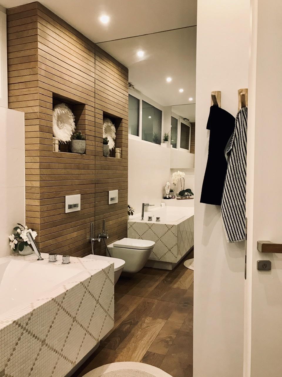 Naše L-ko - začiatok 4. roku bývania - Nové teakové vešiaky v kúpelni