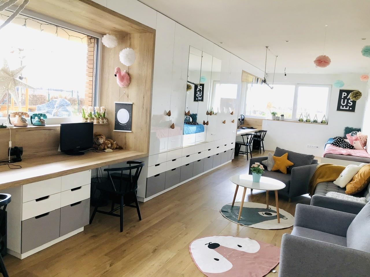 Naše L-ko - 2021 - stále dokončujeme - Dokončený nábytok pre deti - stredná časť izby s gaučíkom a kresielkami  je pre spoločné posedenie, hry odpočinok...