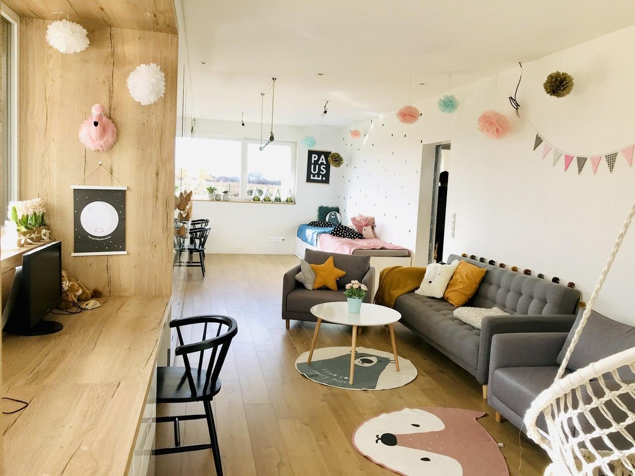 Naše L-ko - začiatok 4. roku bývania - Dokončený nábytok pre deti - stredná časť izby je pre spoločné posedenie, hry odpočinok...