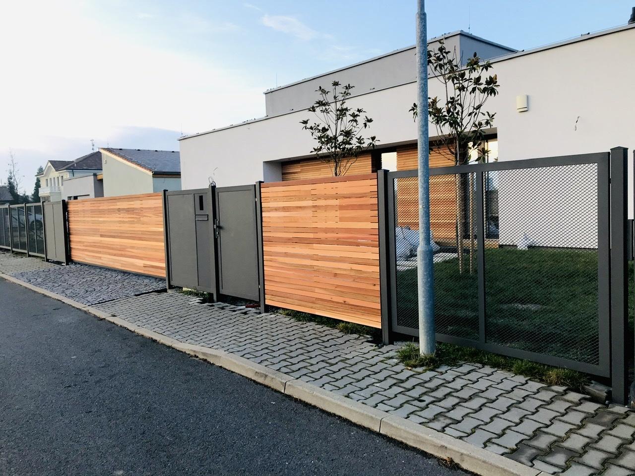 Naše L-ko - začiatok 4. roku bývania - Predný plot - skoro dokončený - osadené drevo na posuvnej bráne a bočnej časti, už olejované. Na pravej drevenej časti plotu bude ocelový antracitový obdĺžnik s číslom popisným. Tento prvok bude zafrezovany do dreva aby lícoval