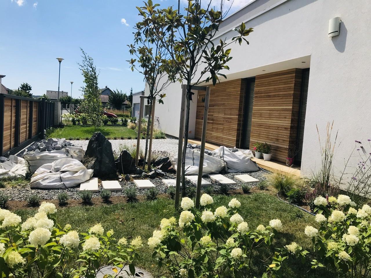 Naše L-ko - začiatok 4. roku bývania - stredná plocha okolo kameňov sa bude robiť na jar - štrk sa nahradí zrejme bridlicou, pozdlz plota sa uroby žulovy chodniček ku smetnemu košu a urobi sa vysadba  v priestore ako su vaky so žulovymi kockami