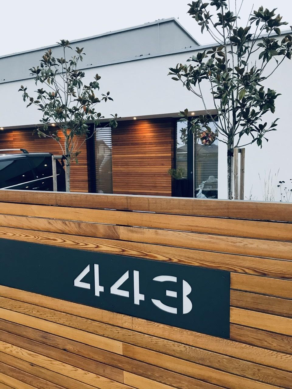 Naše L-ko - začiatok 4. roku bývania - dokončené venkovní žaluzie - predná fasáda. Farba RAL 7016 je rovnaká ako na rámoch okien a antracitových častiach plotu