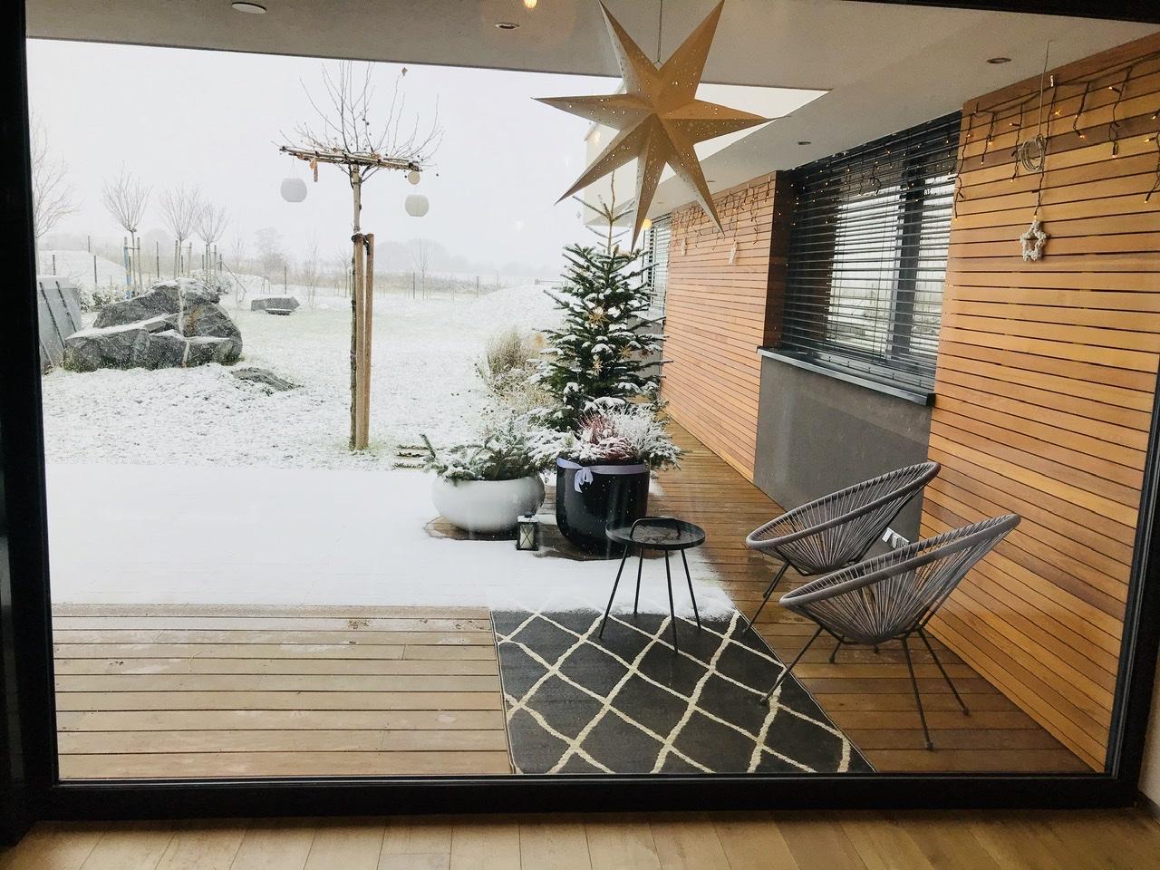 Naše L-ko - 2021 - stále dokončujeme - Fixné okno jedáleň 3,5 x 2,4 - pohľad na zasnežnú záhradu