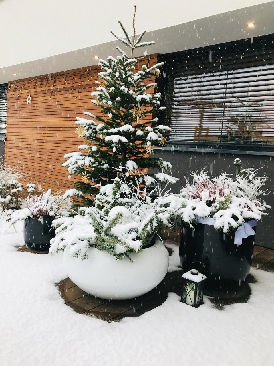 Naše L-ko - 2021 - stále dokončujeme - Na terase - sneží :)) prvý tohtoročný sneh