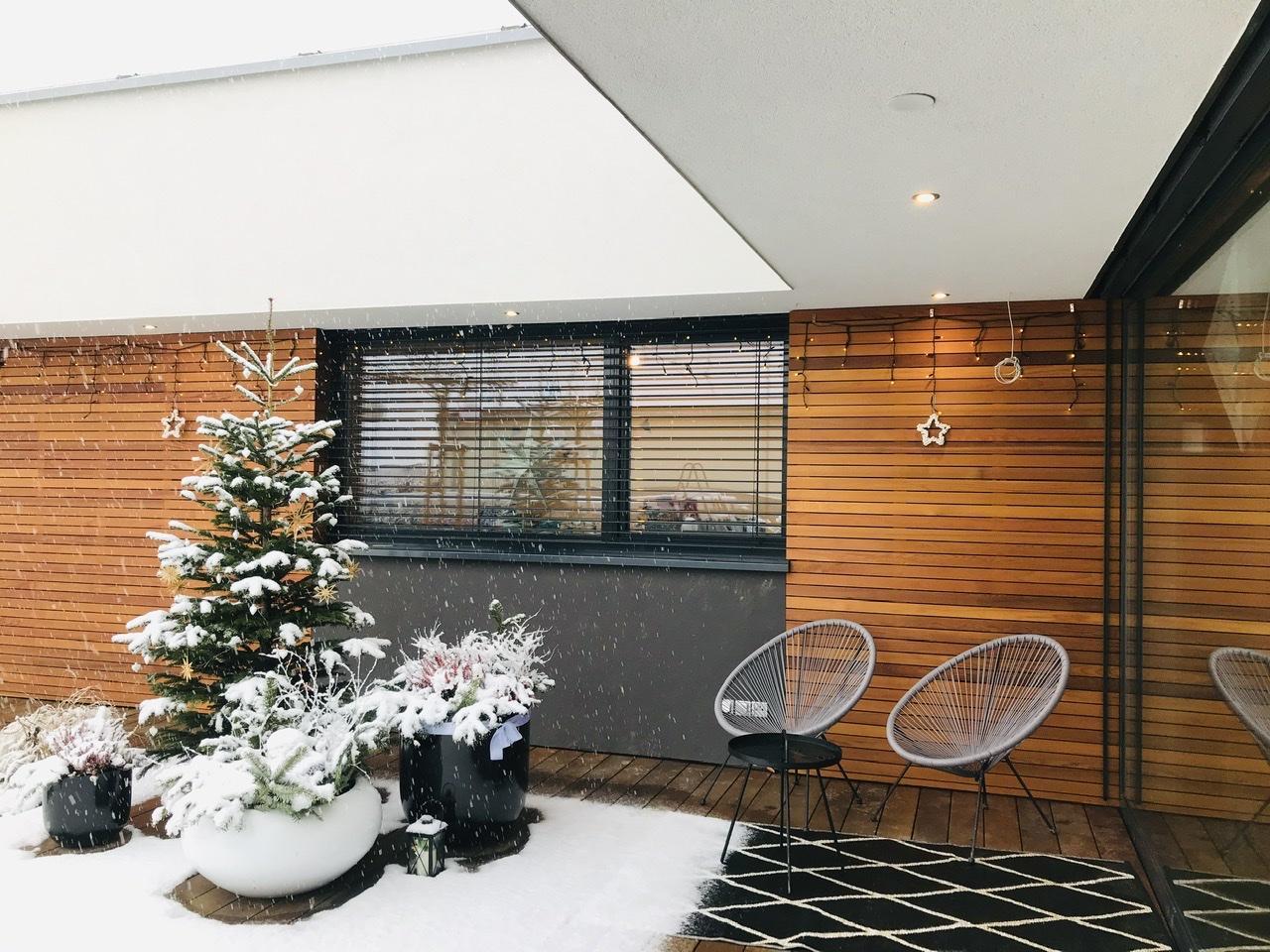 Naše L-ko - 2021 - stále dokončujeme - na terase - keď krásne sneží