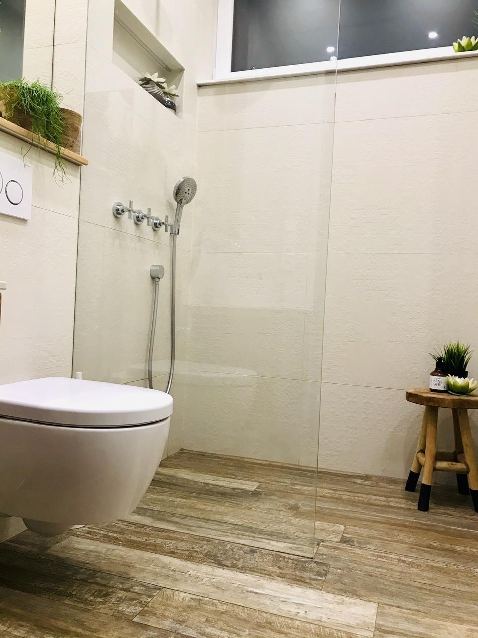 Naše L-ko - 2021 - stále dokončujeme - Malá kúpelňa - sprchový kút walk in s wc - v krémových odieňoch