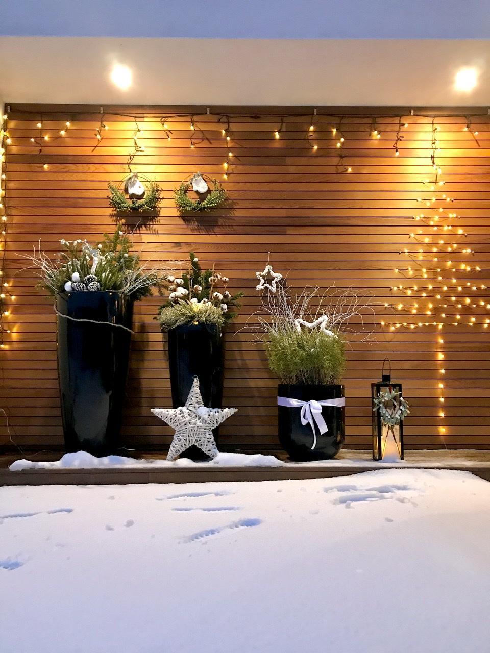 Naše L-ko - 2021 - stále dokončujeme - Na priedomí - domček a predná fasáda - zimné kvetináče. Zase nás zavalilo snehom.