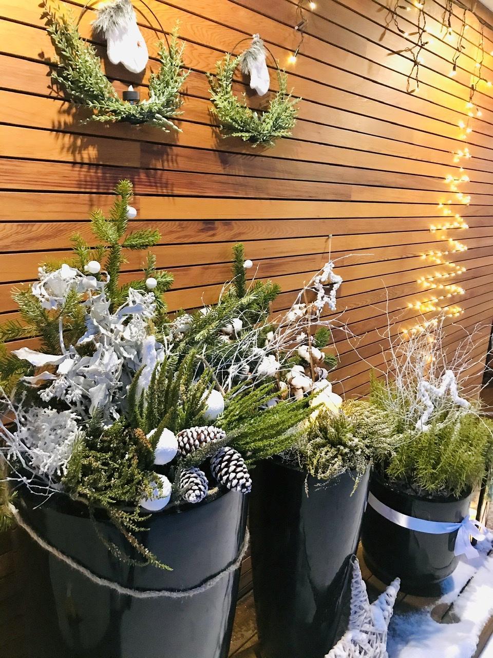 Naše L-ko - 2021 - stále dokončujeme - Na priedomí - domček a predná fasáda - zimné kvetináče