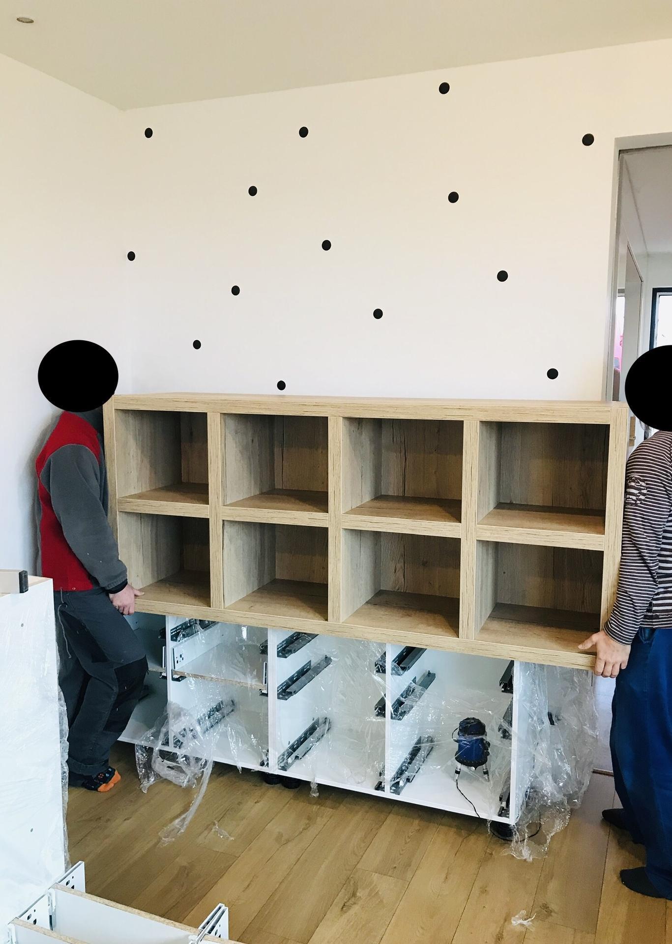 Naše L-ko - začiatok 4. roku bývania - menšia bočná skrina / uzavrete horne biele časti po strop budu knižnica. Kazde zo 4 deti bude mat svoj stlpec.