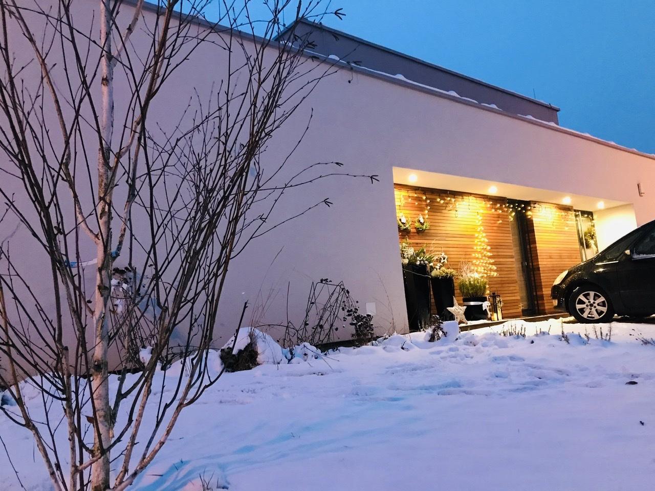 Naše L-ko - 2021 - stále dokončujeme - Domček v noci - predná fasáda - vľavo mladá breza