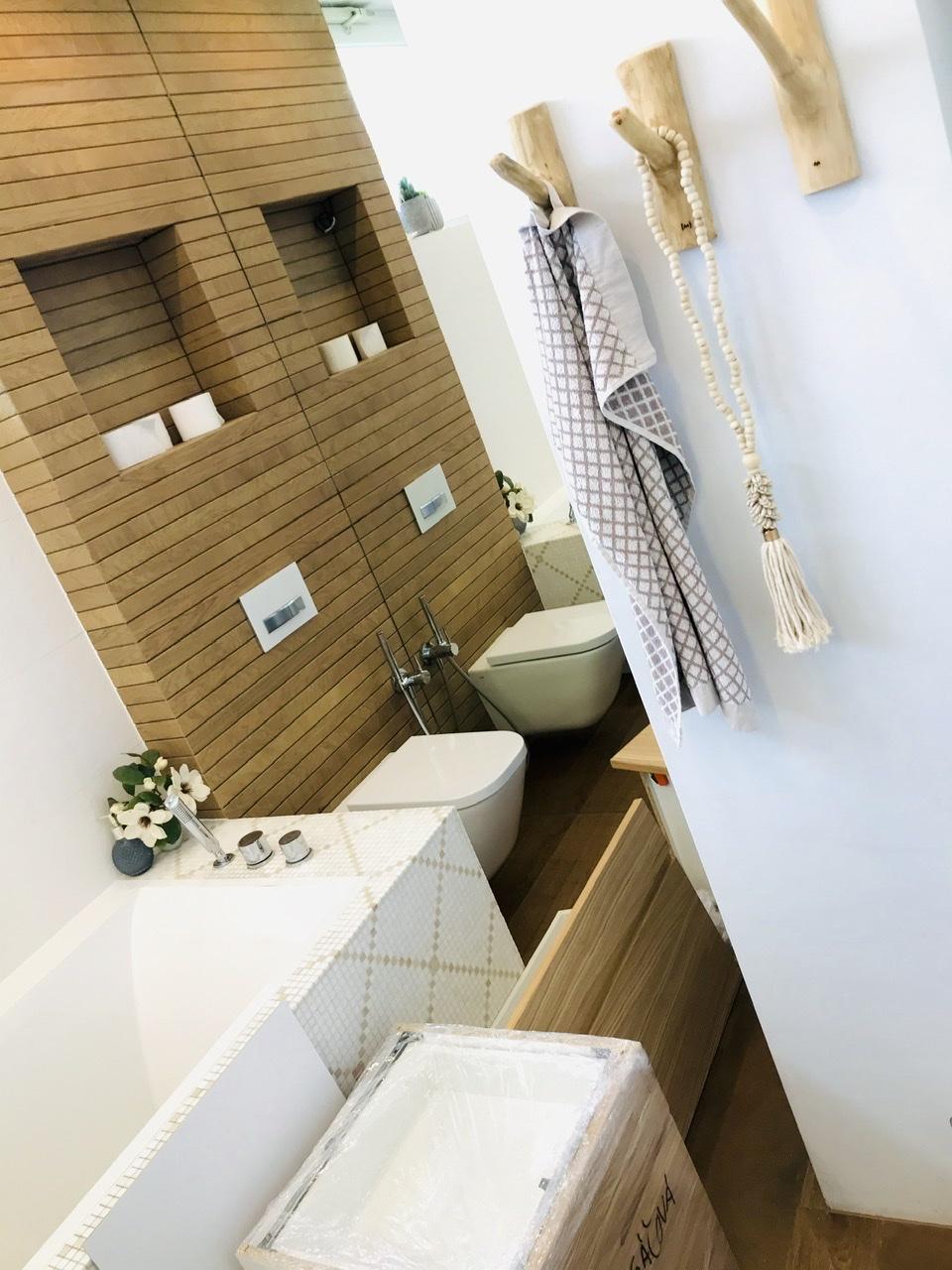 Naše L-ko - 2021 - stále dokončujeme - Skrinky pripravené. Do buduca nas čaká zostava nábytku oproti WC (výklenok za drevenými vešiakmi pre pračku, sušičku a prádelné koše)