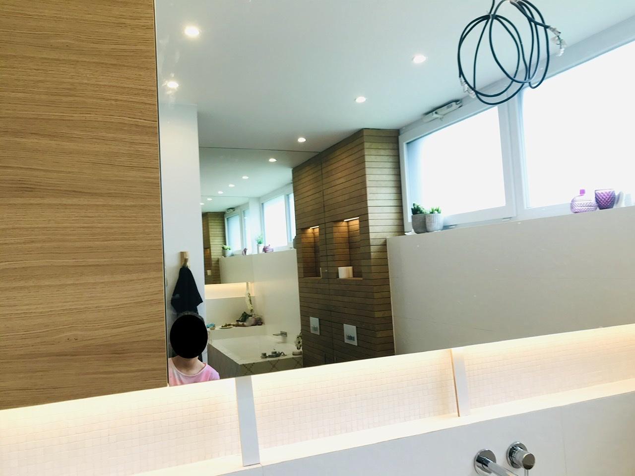 Naše L-ko - 2021 - stále dokončujeme - Montáž dubového nábytku - osadili sme hornu minimalisticku skrinku, ktorá lícuje úroveň veľkoplošného zrkadla. Obe su nad nikou ktora je po celej šírke miestnosti. Majstri sa trochu pri výstavbe potrápili ale montážou nábytku sa to celé kompletuje.