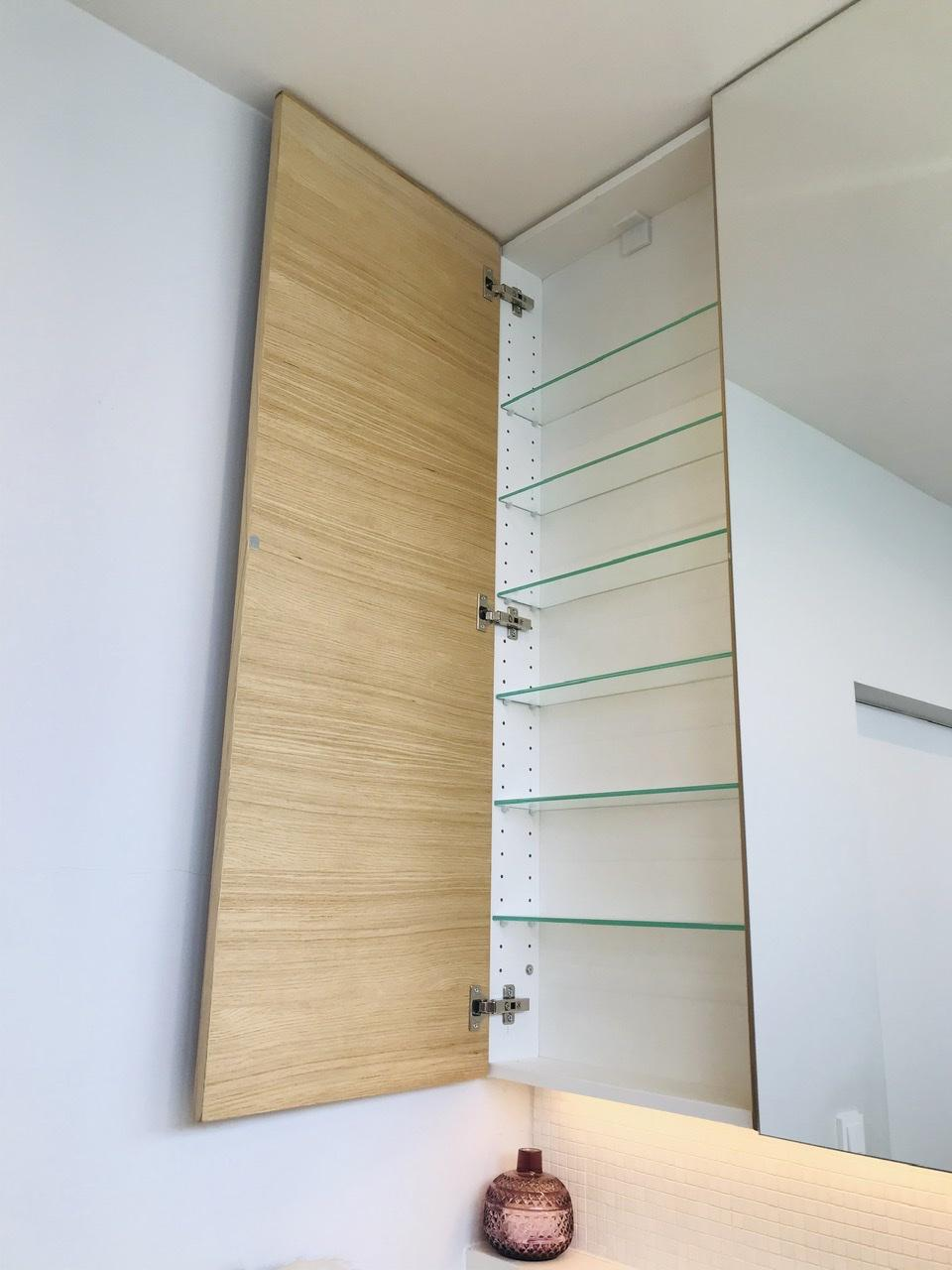 Naše L-ko - 2021 - stále dokončujeme - zapustená horná kúpeľňová skrinka, chcela som aby nič nevyčnievalo a skrinka lícovala zrkadlo. Pre zrkadlovú časť sa musela urobit predsunutá konštrukcia