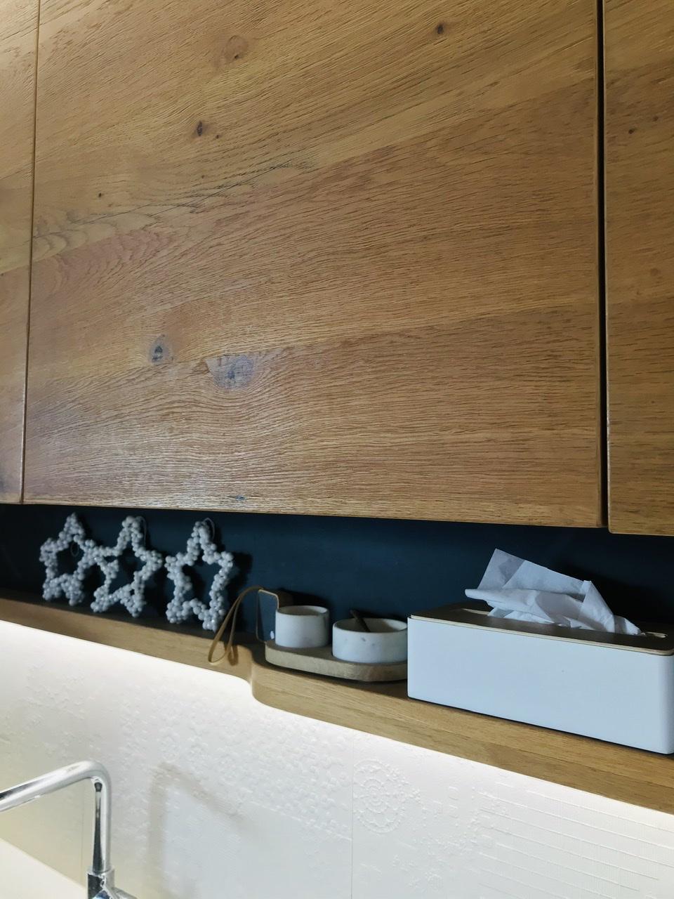 Naše L-ko - 2021 - stále dokončujeme - kuchyňa vo farbách: biela, čierna a dubová dýha, kartáčované drevo.