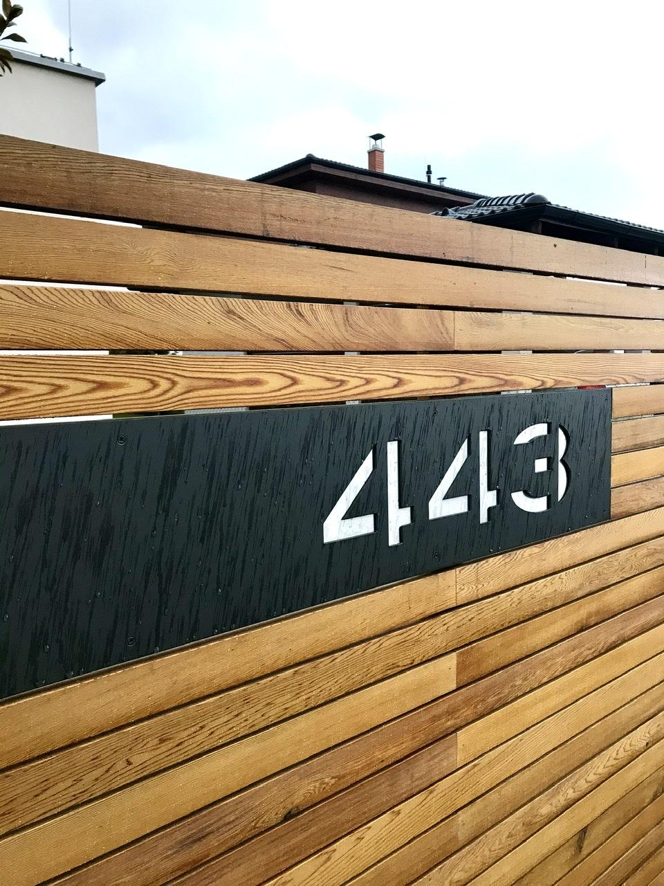 Naše L-ko - 2021 - stále dokončujeme - Predný plot - keď sa dážď oprie o drevo a oceľ