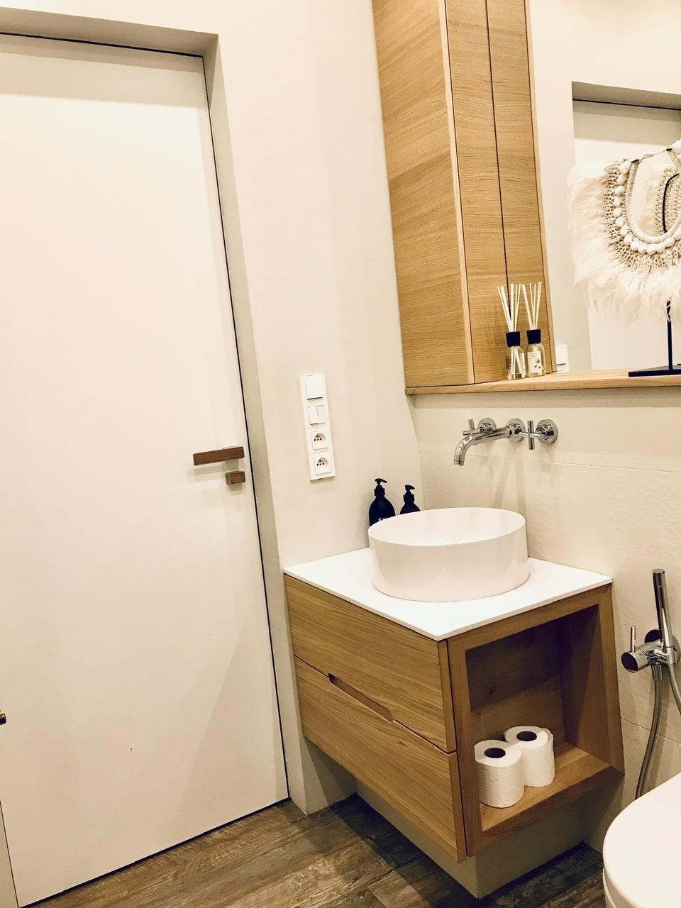 Naše L-ko - 2021 - stále dokončujeme - Malá kúpeľna s dubovým nábytkom